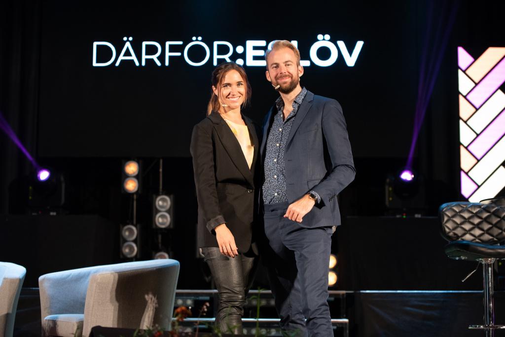 Våra moderatorer Eslövsfödda influencern och Sveriges bröllopskoordinator #1, Johanna Kajson och den professionella drömmaren Staffan Taylor.