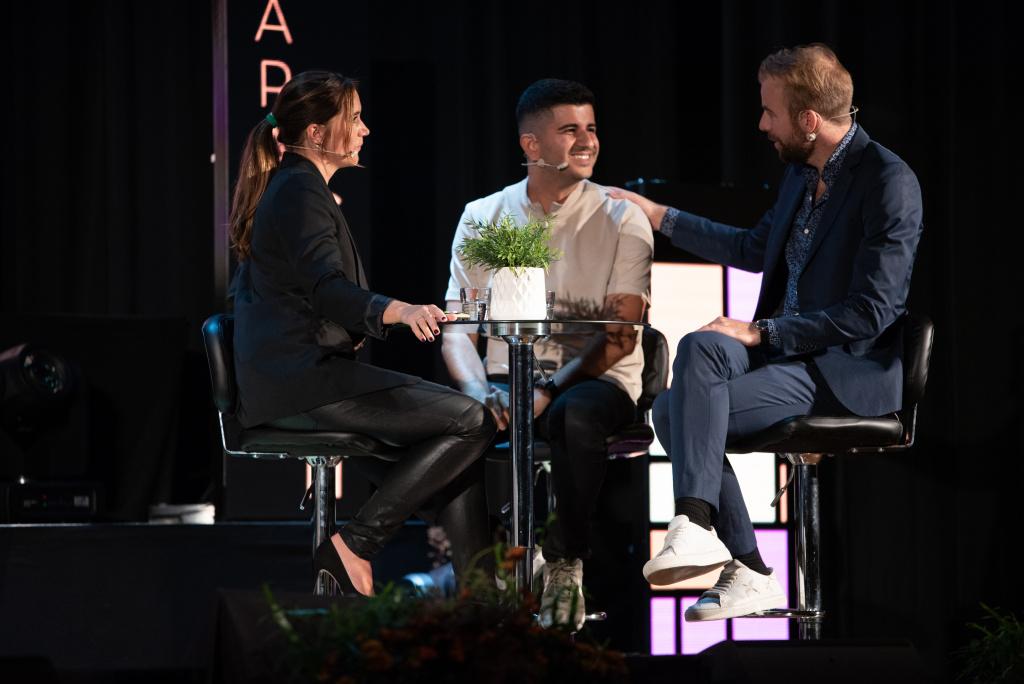 Arash Gilan ställde frågan: I en värld där allt digitaliseras, vad händer då med det som inte kan digitaliseras? Han menar att allt börjar och slutar med det som vi människor har gemensamt men som maskinen saknar – känslor och upplevelser.