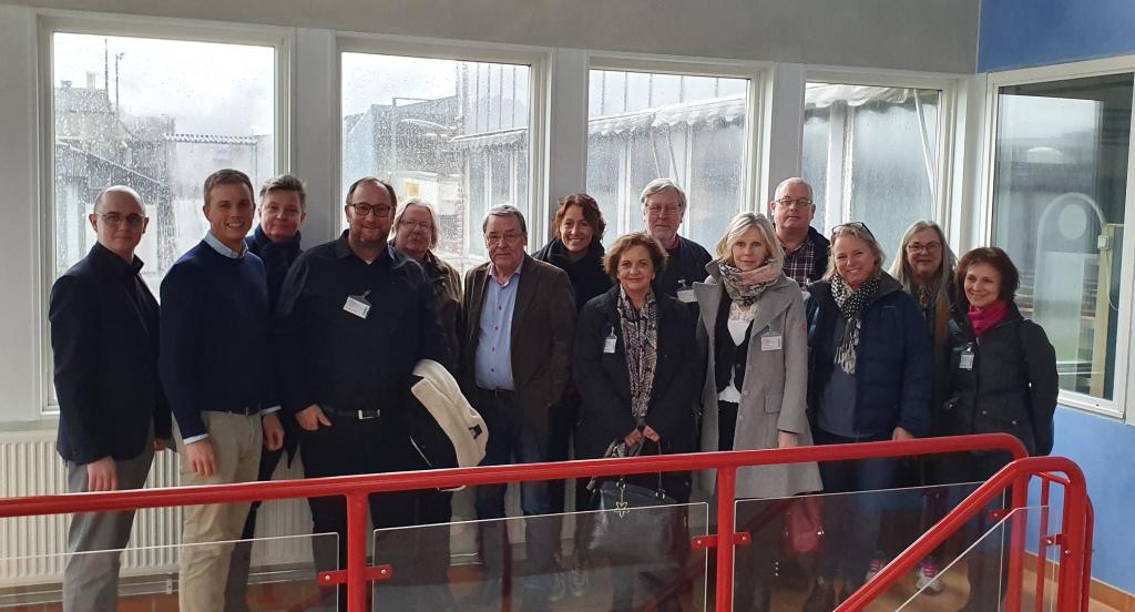 Kommunstyrelsens arbetsutskott på företagsbesök på Orkla Foods Sverige.