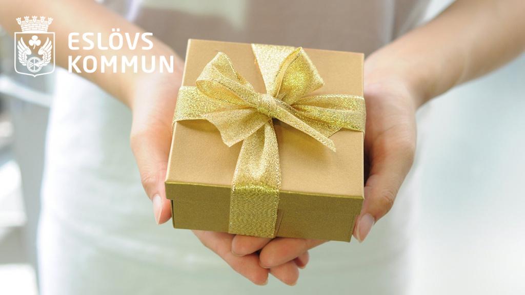 Eslövs kommun vill tacka sina medarbetare med en julgåva – ett digitalt presentkort som kan användas hos särskilt utsatta branscher i det lokala näringslivet.