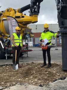 Mats Lindskog visar upp ett av företagets senaste lanseringar för Johan Andersson.