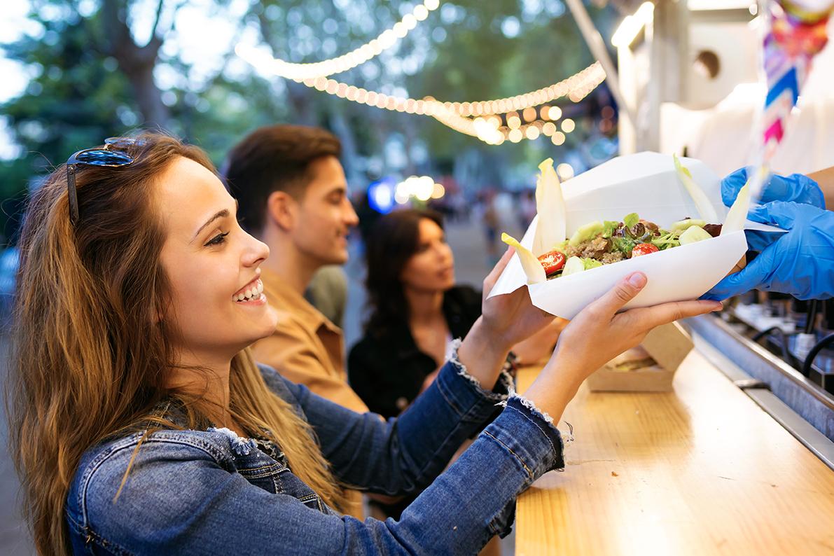 Från den 1 juli välkomnas försäljare till det nyöppnade Stora torg. Här finns numera även platser för foodtrucks. Ingen avgift för vare sig torghandel eller foodtrucks kommer att tas ut under 2021.